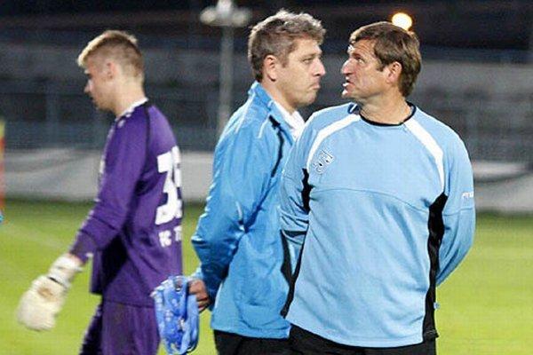 Patrik Hipp (vľavo) inkasoval prvý gól až na konci štvrtého zápasu v bráne Nitry.