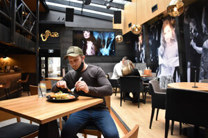 Jazz Club na Kováčskej podával v utorok jedlo aj v interiéri.