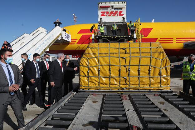 Izraelský premiér Benjamin Netanjahu (vľavo) po prílete lietadla spoločnosti DHL, ktoré priviezlo na palube viac ako 100.000 kusov prvej dávky vakcíny spoločnosti Pfizer proti ochoreniu COVID-19, na letisku Bena Guriona pri Tel Avive 9. decembra 2020.