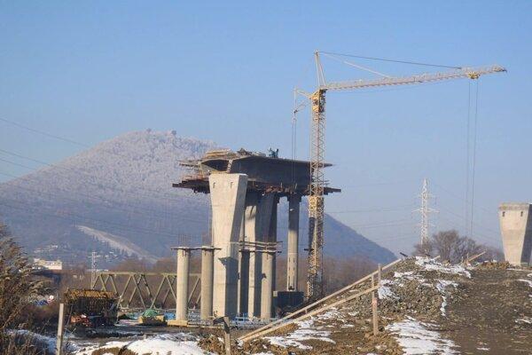 Na trase obchvatu treba postaviť aj takéto piliere.