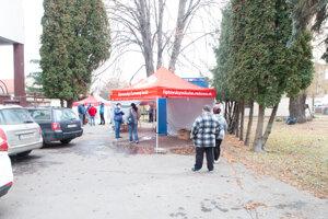 Testovanie je v mieste sídla Slovenského červeného kríža na Kuzmányho ulici. Všetko je riadne označené. Parkovať sa dá v okolí.