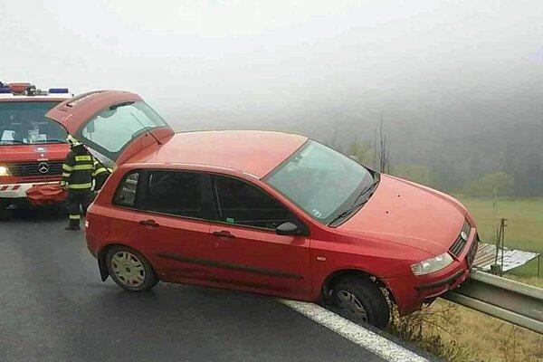 Auto oprel o zvodidlá.