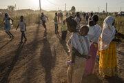Tigrajskí utečenci, ktorí opustili v dôsledku ozbrojeného konfliktu  severoetiópsky región Tigraj, prichádzajú do tranzitného centra pri hraničnom prechode Ludgi na východe Sudánu