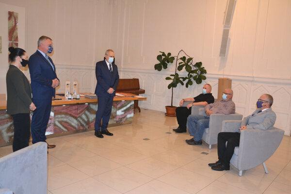 Oceňovanie darcov krvi na Mestskom úrade v Leviciach.
