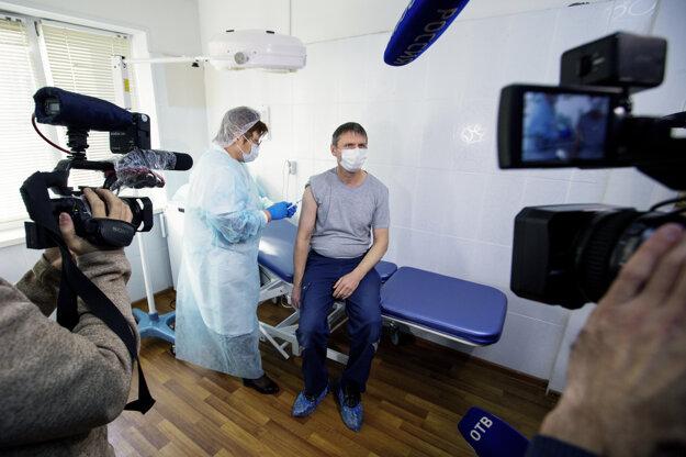 Očkovanie vakcínou Sputnik V v nemocnici vo Vladivostoku na východe Ruska.
