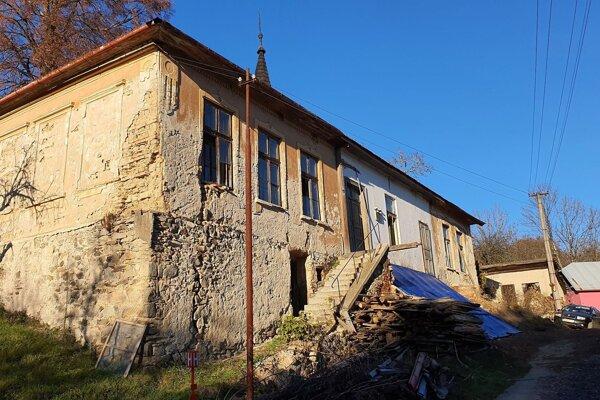 Na snímke bývalá škola v dedine Kyjatice v Rimavskosobotskom okrese, v ktorej plánuje výrobca drevených kyjatických hračiek Ladislav Hedvigi rozbehnúť ich výrobu.
