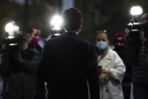 Igor Matovič prichádza pred novinárov.