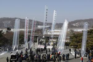 Utečenci zo Severnej Kórey vypúšťajú do svojej vlasti balóny s letákmi či filmami.
