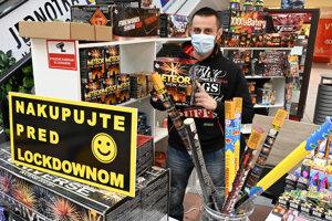 Aj takto si pomáhali niektorí predajcovia, ktorí už od soboty svoje produkty nebudú môcť predávať.