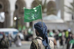 Sympatizant šiitskch povstalcov húsíov, ktorých podporuje Irán.