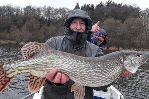 Martin Šenfeld hľadá pri rybárčení relax. Patrí k športovým rybárom, ktorí si urobia fotografiu na pamiatku a väčšinu úlovkov púšťajú.