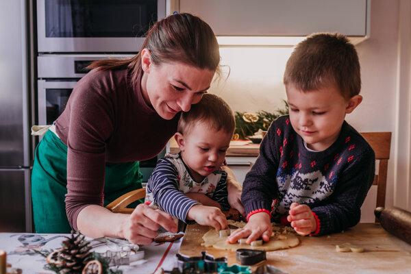 Synčekovia Tomáš a Štěpán (vpravo) Slávke v kuchyni s radosťou pomáhajú.