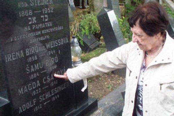 Na hrobe svojho prvého manžela Adolfa Schlesingera.