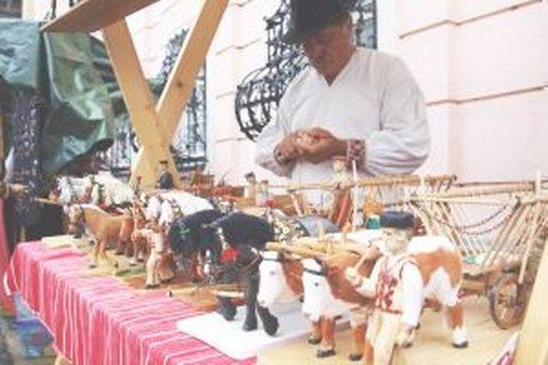 Vyrobiť jeden voz so zvieratami aj postavami Jánovi Bobkovi trvá zhruba 5 týždňov. Všetko je poctivá ručná robota.