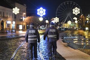 Počet výjazdov hasičov oproti minulému roku klesol aj pre opatrenia, v mestách na ich dodržiavanie dohliadali policajti.