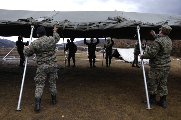 Bosnianska armáda stavia stany pre migrantov.