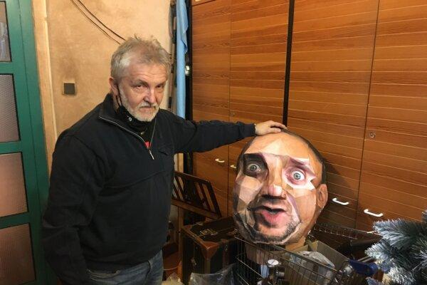 Rekvizitárovi Jánovi Kurhajcovi prešli rukami tisícky vecí. Vyrába aj takéto masky.
