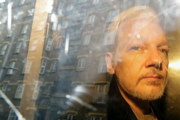 Zakladateľ organizácie WikiLeaks Julian Assange na snímke z mája 2019.