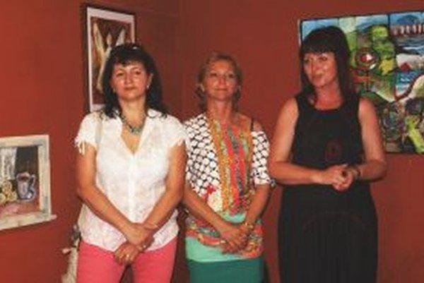 Vo Zvonici vystavujú neprofesionálne výtvarníčky učiteľky Alena Rábeková, Mária Sabová a Zuzana Balážiová.