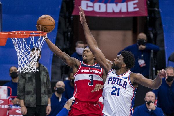 Momentka zo zápasu Washington Wizards - Philadelphia 76ers. Vľavo Bradley Beal, vpravo Joel Embiid.