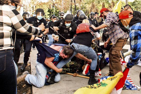 Polícia zasiahla proti Trumpovým priaznivcom v Los Angeles.