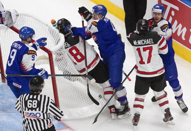 Dávid Mudrák (v strede) v súboji s kanadským útočníkom Peytonom Krebsom.