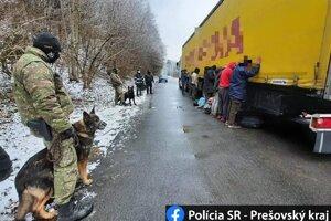 Migranti sa ukrývali v kamióne.