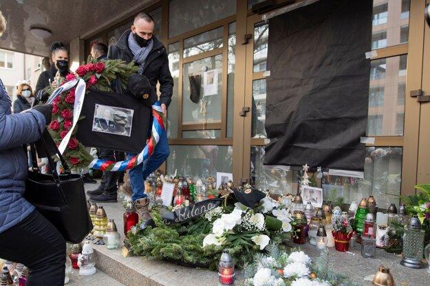 Zhromaždenie občanov na pietnom mieste pre zosnulého policajného exprezidenta Milana Lučanského pred budovou Prezídia Policajného zboru v Bratislave.