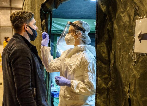 Odber vzorky na mobilnom odbernom mieste v priestoroch vojenského útvaru Protilietadlovej raketovej brigády Nitra.