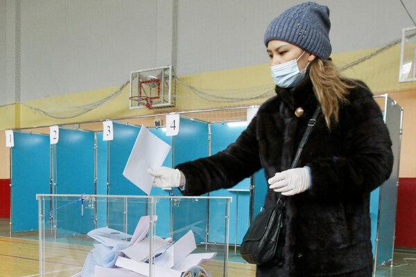 Volička vhadzuje volebný lístok do obálky v hlavnom meste Nursultan.