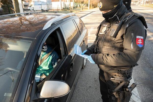 Kontrola dodržiavania opatrení príslušníkmi polície na Bratislavskej ceste v Nitre.