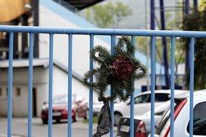Smútočný veniec na bránu štadióna FC Nitra zavesil zrejme fanúšik.