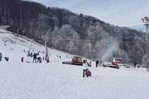 Na Jahodnej zasnežujú, aj keď lyžiarov vleky voziť nemôžu.