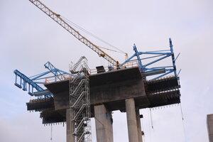 Práce na stavbe prvej etapy R4.