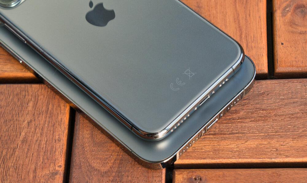 Zaoblený rám iPhone 11 Pro a hranatejší iPhone 12 Pro Max.