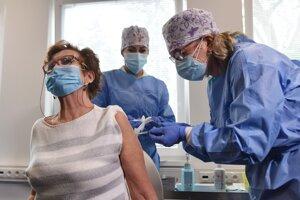 Prvou zaočkovanou bola minulý utorok (5. januára) infektologička, bývalá primárka infektológie FN Anna Strehárová.