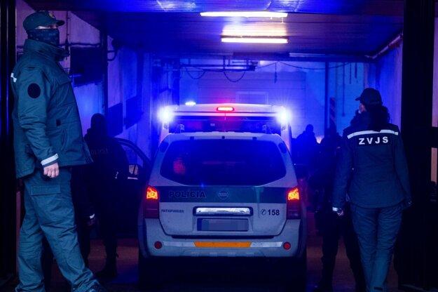 Policajná eskorta prichádza na Najvyšší súd.