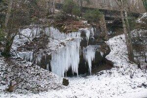 Na snímke ĺadopád, ktorý sa v zimnom období zvykne tvoriť pri ceste I/72 medzi mestom Tisovec a jeho časťou Bánovo v Rimavskosobotskom okrese, sa v posledných rokoch stal akousi neoficiálnou turistickou atrakciou.