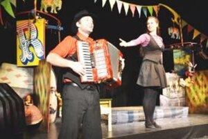 Na festivale sa s hrou Svetoznámy cirkus Dobronka predstavia herci Mesebolt Bábszínház z Maďarska.
