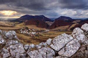 Zubatý hrebeň. Pod ním dedinka Kostolec, Praznovská dolina, Kostolecká úžina a Maníny.