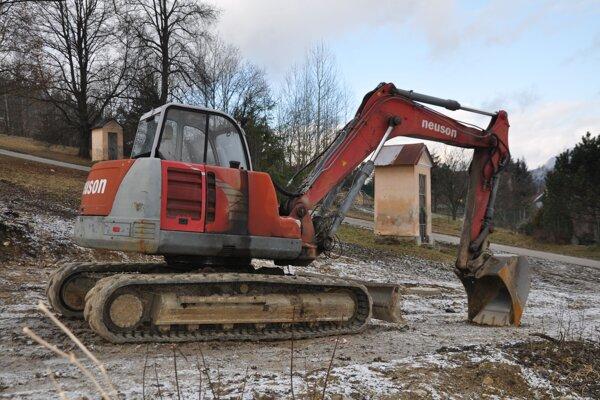 Výstavba apartmánových domov vtesnej blízkosti jedinej historickej kalvárie na Liptove nahnevala viacerých ľudí.
