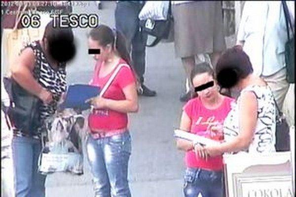 Tieto Rumunky zachytila v Nitre pred dvomi rokmi mestská kamera. Zbierka bola falošná.