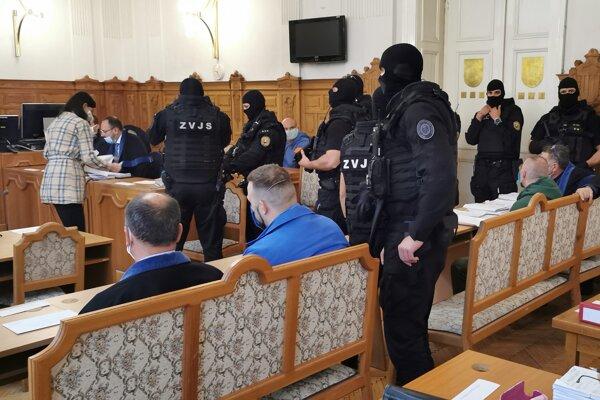 Na snímke členovia zločineckého gangu zo Serede počas prestávky v pojednávacej miestnosti na Špecializovanom trestnom súde 28. septembra 2020 v Banskej Bystrici.