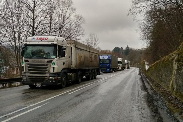 Púchovskú dolina ochromila kolóna kamiónov.