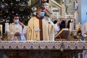 Takúto podobu mala nedeľná svätá omša 3.1.2021 v Kostole sv. Jakuba v Kysuckom Novom Meste prenášaná online.