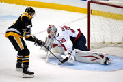 Jake Guentzel rozhoduje o víťazstve Pittsburghu.