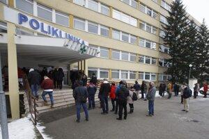 Ľudia čakajú pred odberným miestom v bratislavskej Ružinovskej poliklinike.