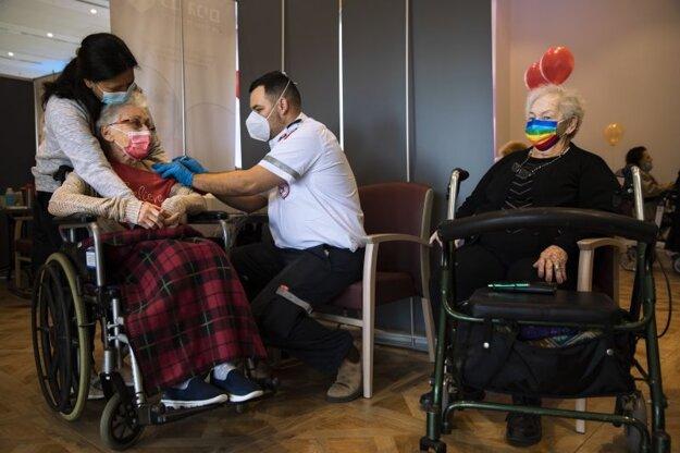 Očkovanie vakcínou Pfizer-BioNTech v izraelskom meste Netanja.