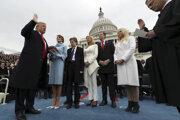 Keď pred štyrmi rokmi skladal Trump prísahu, mal pri sebe rodinu - zľava manželka Melania, Barron, Ivanka, Eric, Tiffany.