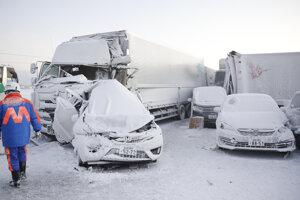 Uviaznuté vozidlá po snehovej búrke na diaľnici v japonskom regíone Tohoku.